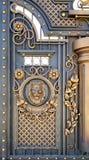 Puertas forjadas con un león imagenes de archivo