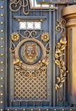 Puertas forjadas con un león imagen de archivo