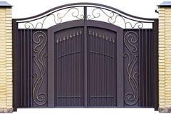Puertas forjadas modernas. imagen de archivo libre de regalías