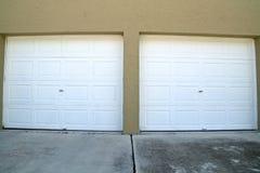 Puertas granangulares del garaje cerradas Fotografía de archivo libre de regalías