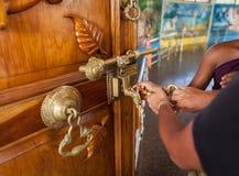 Puertas grandes en el templo abierto Fotos de archivo