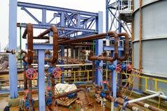 Puertas, instalaciones de tuberías aherrumbradas en la producción petroquímica fotos de archivo