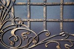 Puertas magníficas del labrado-hierro, forja ornamental, primer forjado de los elementos Fotografía de archivo