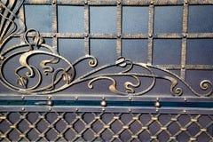 Puertas magníficas del labrado-hierro, forja ornamental, primer forjado de los elementos Imágenes de archivo libres de regalías