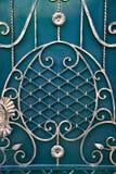 Puertas magníficas del labrado-hierro, forja ornamental, primer forjado de los elementos Foto de archivo