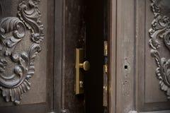 Puertas, manijas, cerraduras, enrejados y ventanas viejos fotografía de archivo