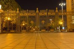 Puertas masivas, cerca con de punta, por la tarde noche foto de archivo