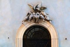 Puertas negras adornadas con una escultura bajo la forma de pájaros Fotos de archivo