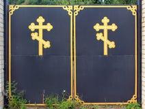 Puertas ortodoxas del monasterio con símbolos cruzados Fotografía de archivo