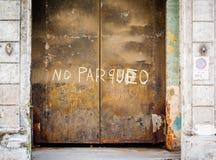 Puertas oxidadas de acero grandes en La Habana, Cuba sin muestra del parqueo foto de archivo libre de regalías