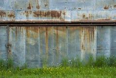 Puertas oxidadas viejas del garage Imágenes de archivo libres de regalías