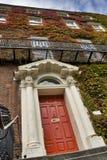 Puertas principales rojas foto de archivo