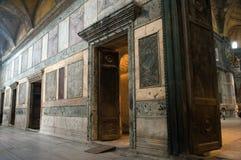 Puertas que llevan del narthex a los pasillos principales. Fotografía de archivo