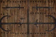 Puertas rústicas del castillo del hierro de la vendimia fotos de archivo libres de regalías