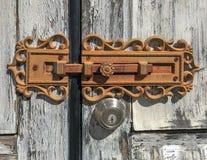 Puertas resistidas seguras de la cerradura antigua y de la cerradura moderna fotos de archivo