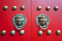 Puertas rojas chinas de la puerta Foto de archivo