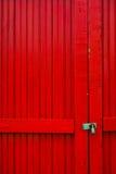 Puertas rojas con el bloqueo imagen de archivo