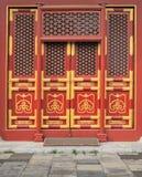 Puertas rojas con la pintura de oro 1 Imágenes de archivo libres de regalías