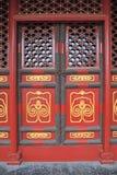 Puertas rojas con la pintura de oro 3 Fotos de archivo libres de regalías