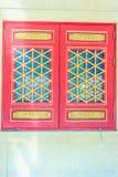 Puertas rojas de madera hermosas y ventanas del estilo chino con el dragón Imagen de archivo libre de regalías