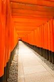 Puertas rojas de Torii del final de los estudiantes de la capilla de Fushimi Inari Foto de archivo