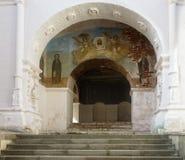 Puertas rojas debajo de la iglesia de Troitskaya Foto de archivo