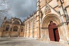 Puertas rojas del monasterio de Batalha, Portugal Foto de archivo libre de regalías
