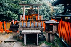 Puertas rojas del torii en la capilla de Fushimi Inari en Kyoto, Japón Fotos de archivo