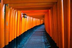 Puertas rojas del torii en la capilla de Fushimi Inari en Kyoto, Japón Fotografía de archivo libre de regalías