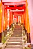 Puertas rojas del torii y pasos de piedra en la capilla de Fushimi Inari, Kyoto Fotos de archivo libres de regalías