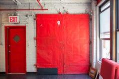 Puertas rojas en el edificio viejo Imágenes de archivo libres de regalías
