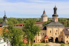Puertas santas con la iglesia de la puerta del monasterio de Kirillo-Belozersky Imagen de archivo libre de regalías
