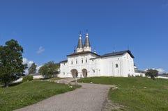 Puertas santas del monasterio de Ferapontov con la iglesia de la puerta de la epifanía y de St Ferapont Ferapontovo, distrito de  Imagen de archivo libre de regalías