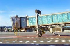 Puertas terminales en la pista del aeropuerto, Riga, Letonia imagen de archivo