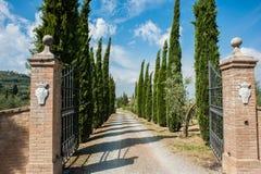 Puertas toscanas del lagar - Montalcino Italia Imágenes de archivo libres de regalías