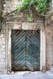 Puertas verdes de madera viejas en Montenegro en Kotor Fotografía de archivo libre de regalías