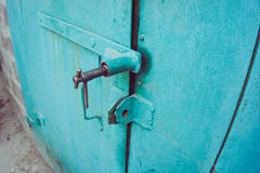 Puertas verdes del garaje del hierro Foto de archivo libre de regalías