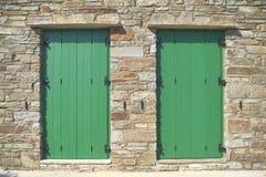 Puertas verdes dobles, isla de Tinos, Grecia Fotos de archivo libres de regalías