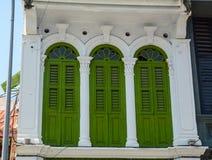 Puertas verdes en Chinatown en Melaka, Malasia Imagen de archivo libre de regalías