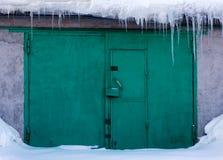 Puertas verdes en nieve Foto de archivo libre de regalías