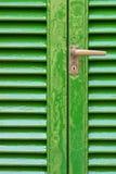 Puertas verdes envejecidas con el tirador de puerta Fotos de archivo libres de regalías