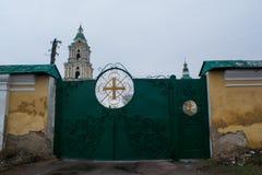 Puertas verdes grandes de la yarda de la iglesia Fotografía de archivo libre de regalías