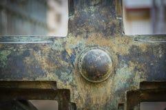 Puertas verdes oxidadas del hierro en el parque Imagen de archivo libre de regalías