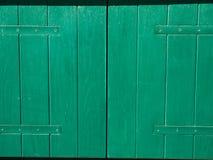 Puertas verdes Textura de madera Pintura lamentable, irradiada vieja Fotos de archivo