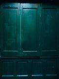 Puertas verdes Textura de madera Pintura lamentable, irradiada vieja Imágenes de archivo libres de regalías