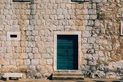 Puertas verdes Textura de madera Pintura lamentable, irradiada vieja Imagen de archivo libre de regalías