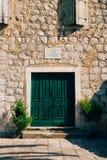Puertas verdes Textura de madera Pintura lamentable, irradiada vieja Imagenes de archivo