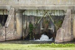 Puertas viejas de la presa de Leeking Imágenes de archivo libres de regalías
