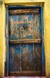 Puertas viejas de la residencia foto de archivo