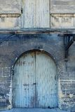 Puertas viejas de un edificio abandonado de largo olvidado Fotografía de archivo libre de regalías